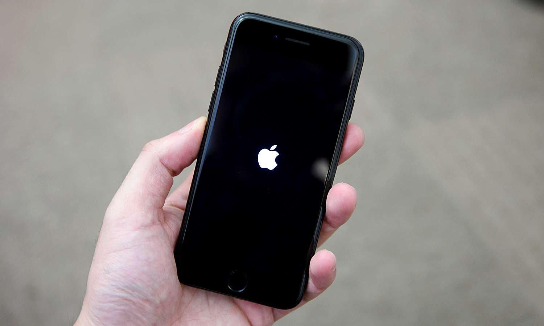 iPhone bloqueado en pantalla negra con manzana